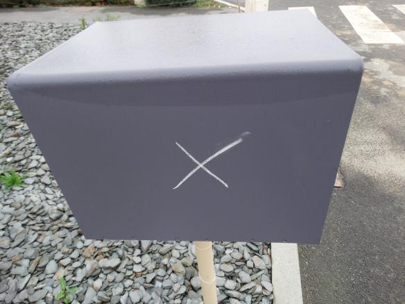 Croix sur boite aux lettres